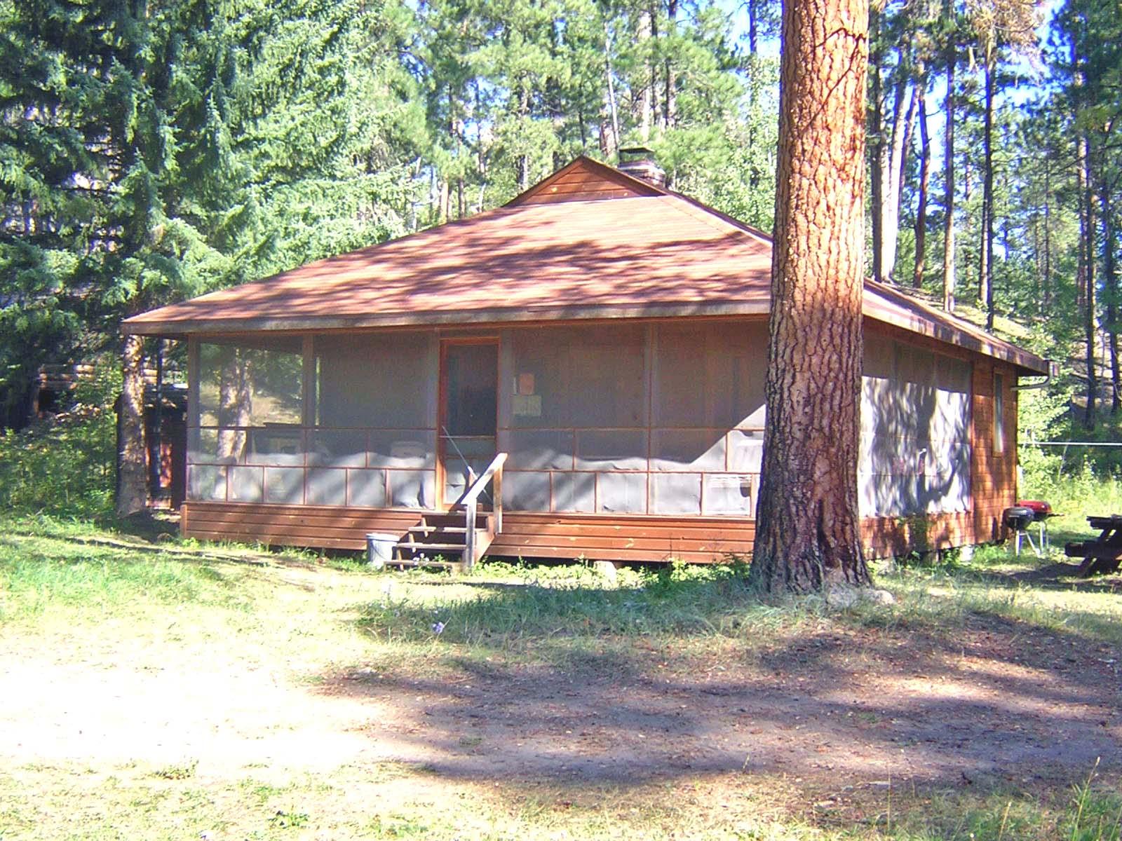 Guest Cabin – 2 Queen beds, 4 twin