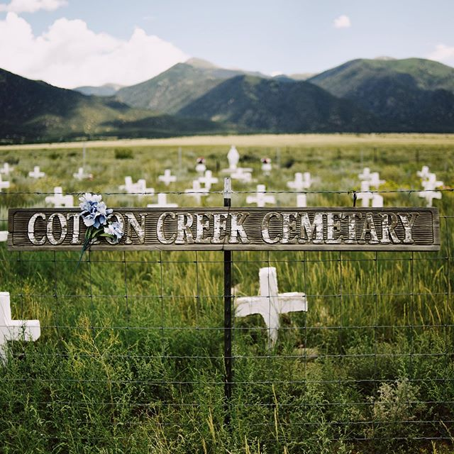I love stumbling upon little mountain graveyards 💀🏔 #theflightsoffancy #mountaincemetery #cemetery #cemetary #misspelled #colorado #coloradocemetery #cottoncreekcemetery