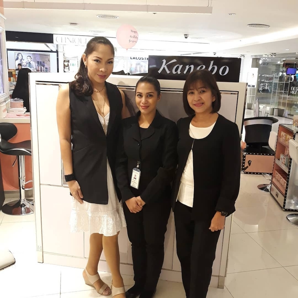 Floe Tapayan, Kanebo Chief MUA and Trainor, and the Kanebo Shangri-La team