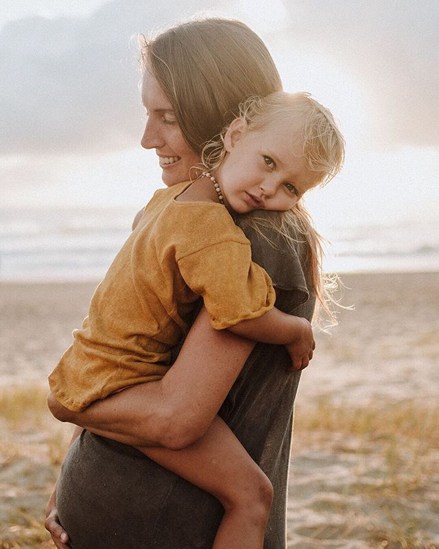 🌟GIVEAWAY TIME🌟  I'm giving an East Coast Family the chance to WIN a photography session valued at $650 💫 (Session to be held at Port Stephens or on the Gold Coast*)... You guys might have heard me talk abit lately about living in alignment with my values. One of which is traveling more and I'm thrilled to be taking my business up and down the Coast this year! Kicking off my next road trip with a Giveaway 💃  To Enter: