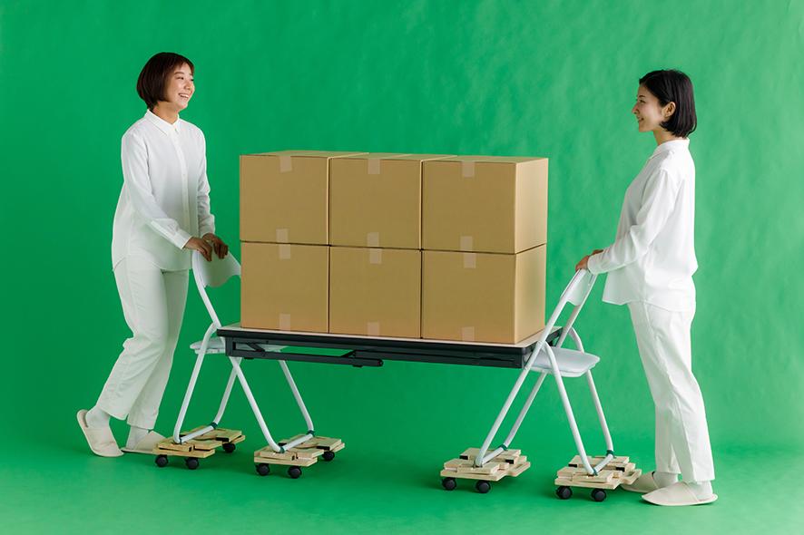 台車として - 機能②/50同梱のキャスターをPATA-MOKUに取り付けることで台車の機能を果たします。また、結束バンドを使い避難所にあるパイプ椅子と固定することでより大きな支援物資などを運ぶ持ち手付き台車として利用できます。(耐荷重150kg/台 ※写真の場合は総耐荷重600kg)