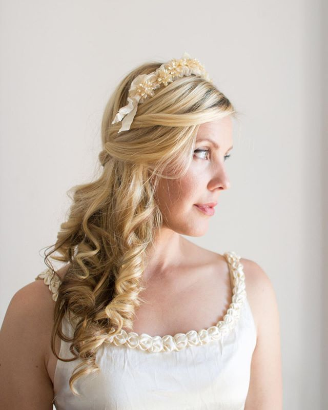 This antique wax flower crown is practically a steal at 20% off and free shipping! 🤩 . . . . #vintagebride #vintagebridal #weddinginspiration #ethicalwedding #ethicalbride #sustainablebridal #sustainablefashion #sustainableweddings #waxflowercrown #antiqueheadpiece #1930sfashion