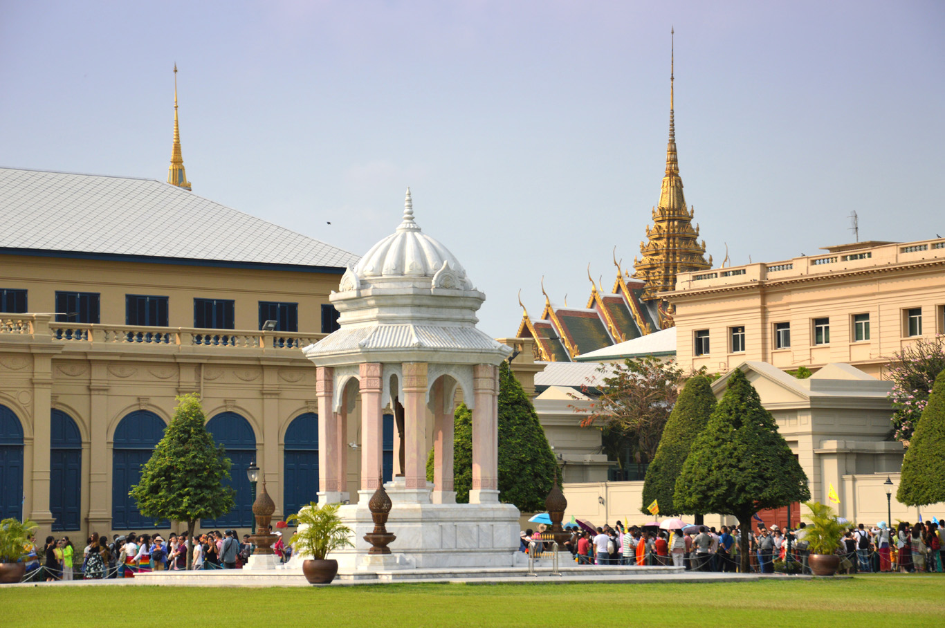 Line of tourists trying to get to the Palace