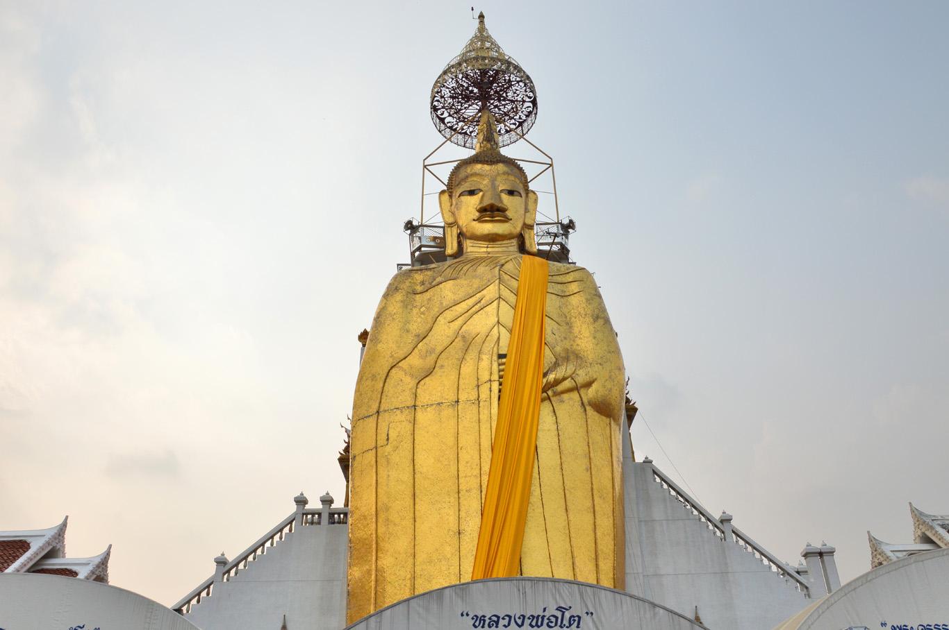 Buddha Statue at Wat Intharawihan