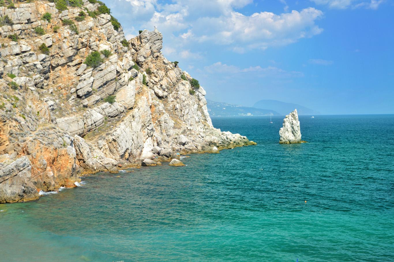 The coast and cliffs around