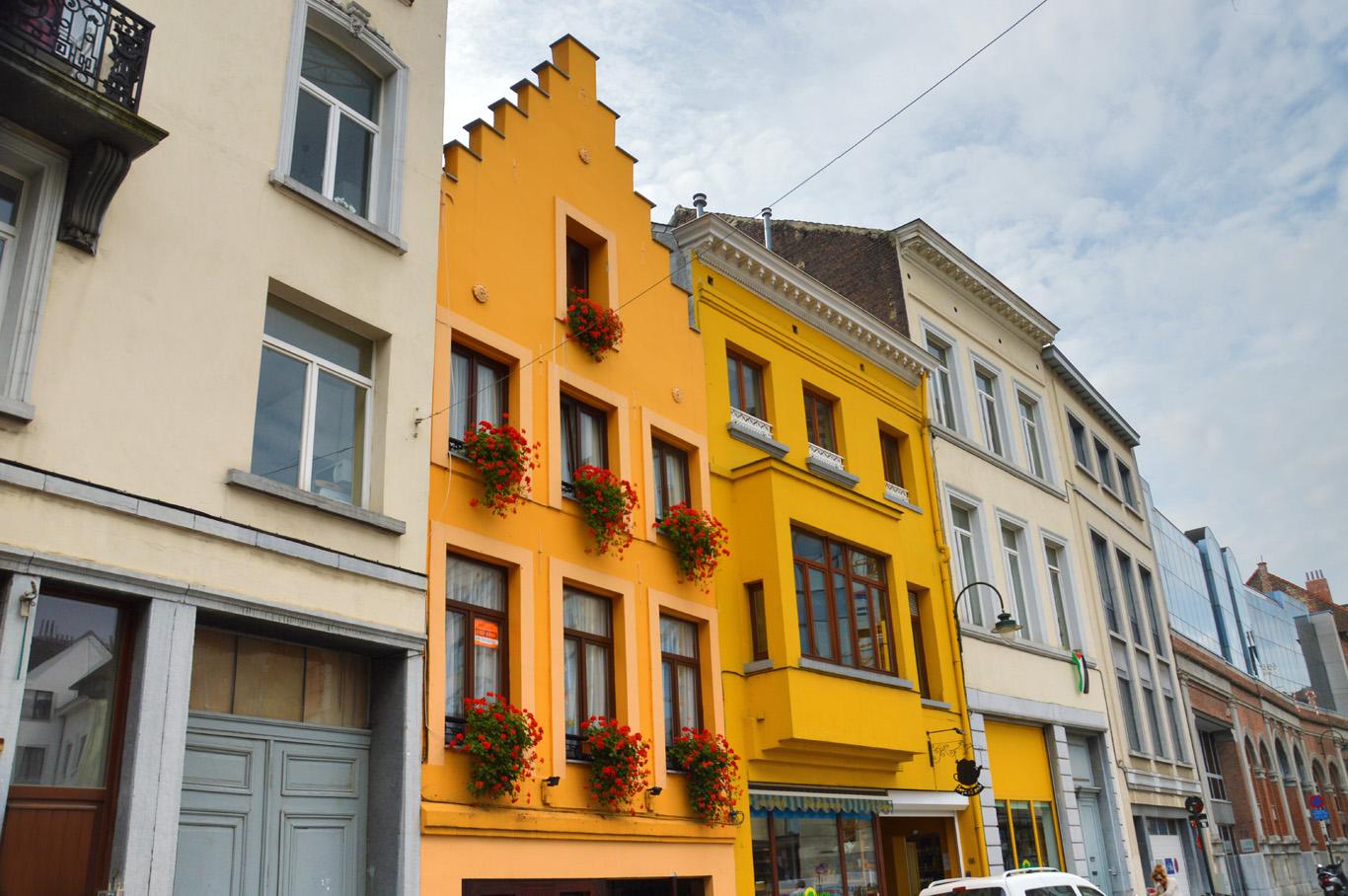 Few colorful buildings