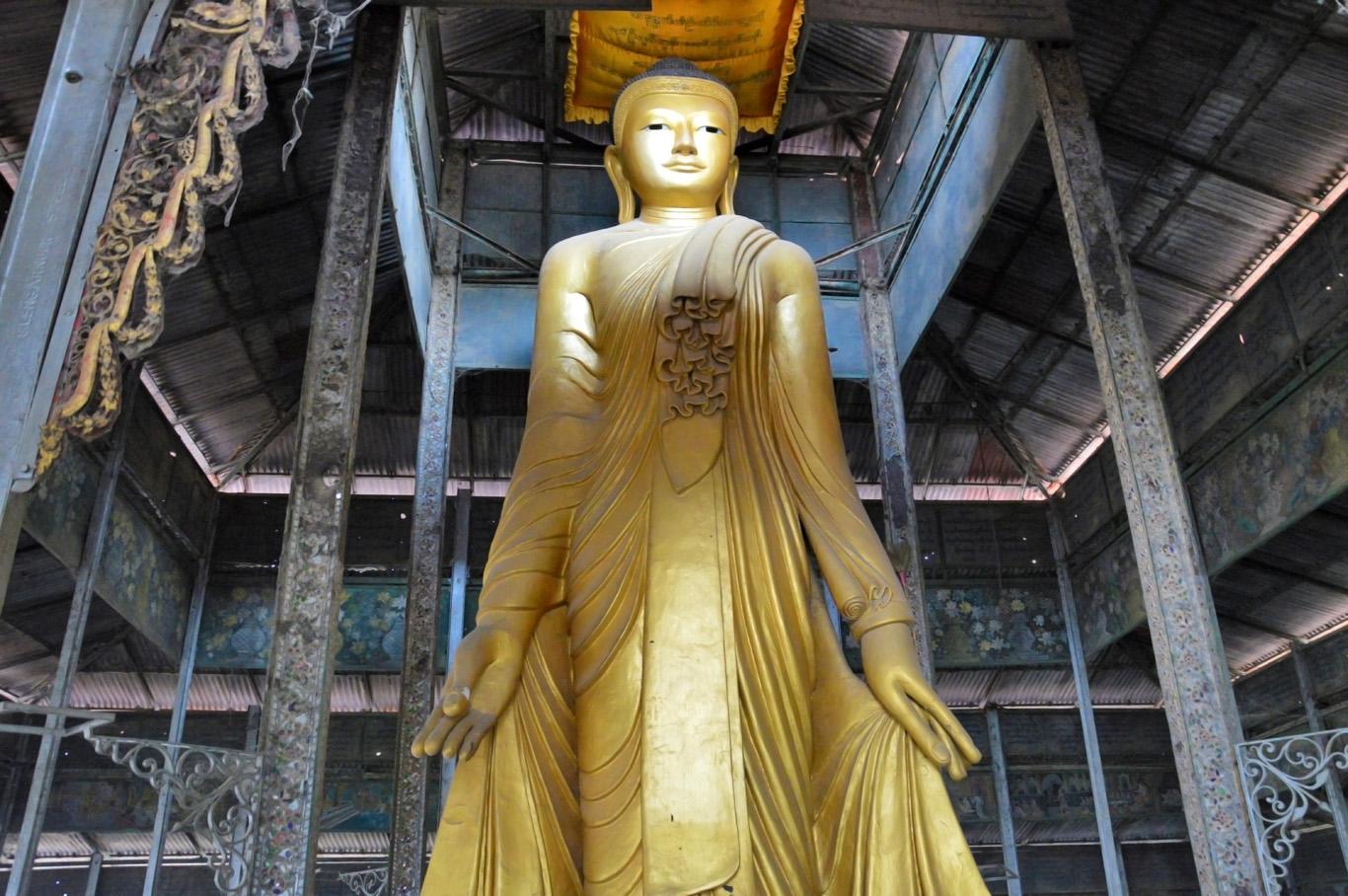 A Buddha statue on the way to Mandalay Hill