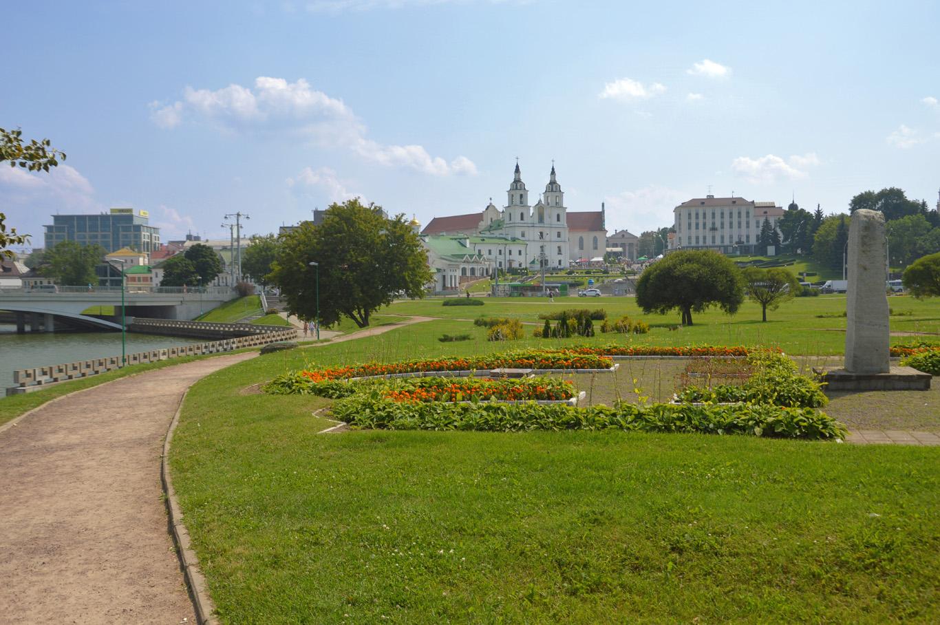 Park along the Svislach River