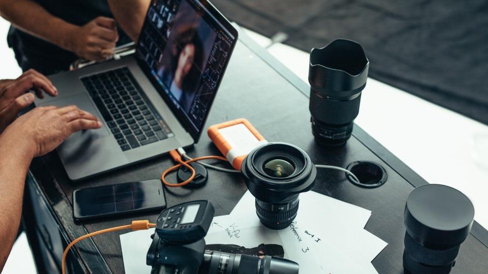 SOCIAL MEDIA PAKET PRO - 30 min Vorgesprächprofessionelles Foto Licht50-60 Fotos für einen Monat Social MediaLieferung innerhalb 4 WerktagenAnalyse Ihres bisherigen SM-AuftrittsFahrtkosten im Umkreis 200km von Feldkirch inklusive