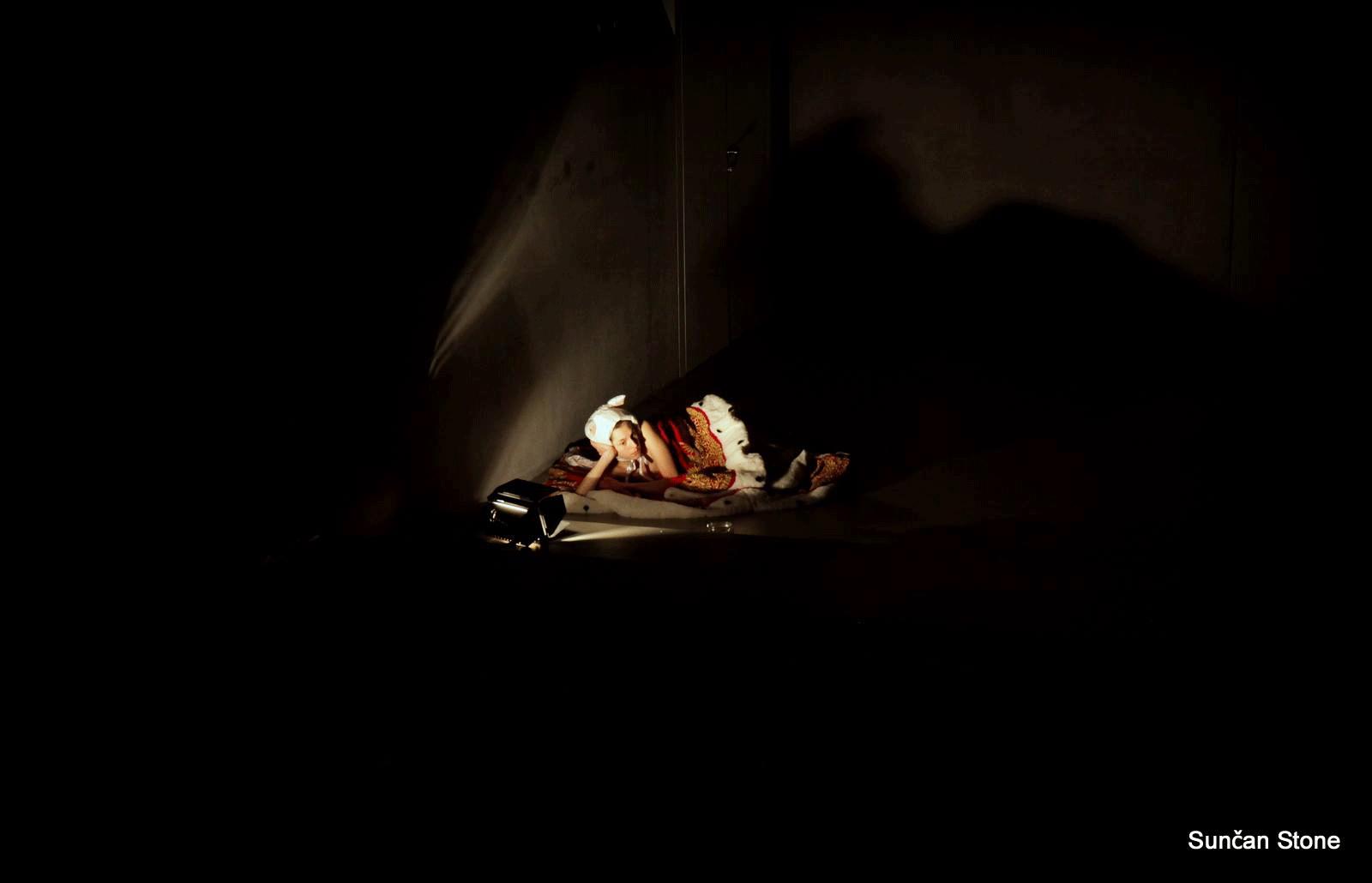 perf_nightlife_moderna_S_Anjacat-lying-cot-in-dark-large_2015.png