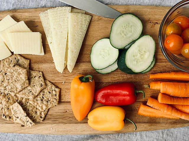 When the temps are in the 90s there is only one option for lunch: a snack board with farmers' market veggies, cheese, crackers and hummus on the side. #thebitsiest #thebitsiesteats