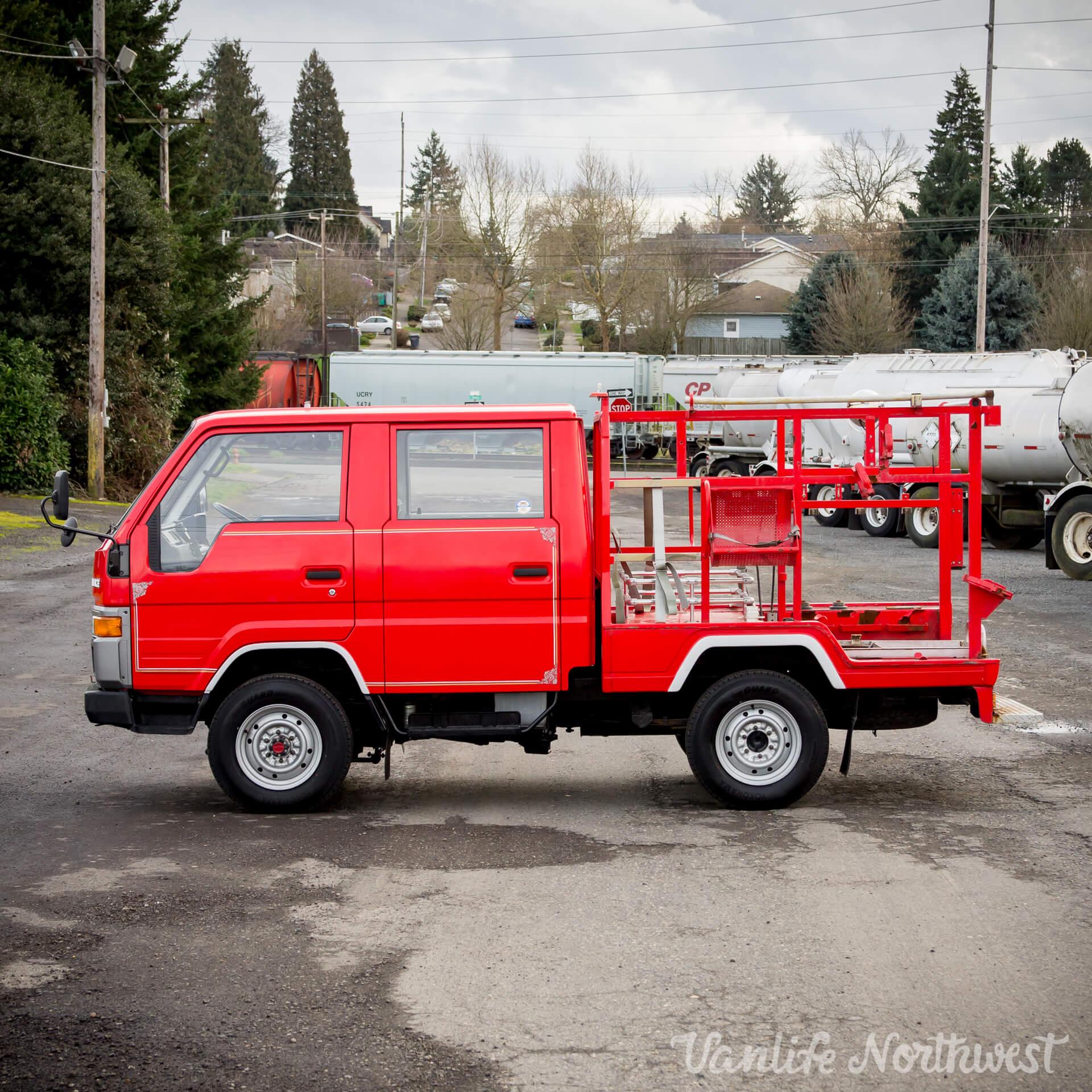 ToyotaHiaceFireTruckLH851990-13.jpg