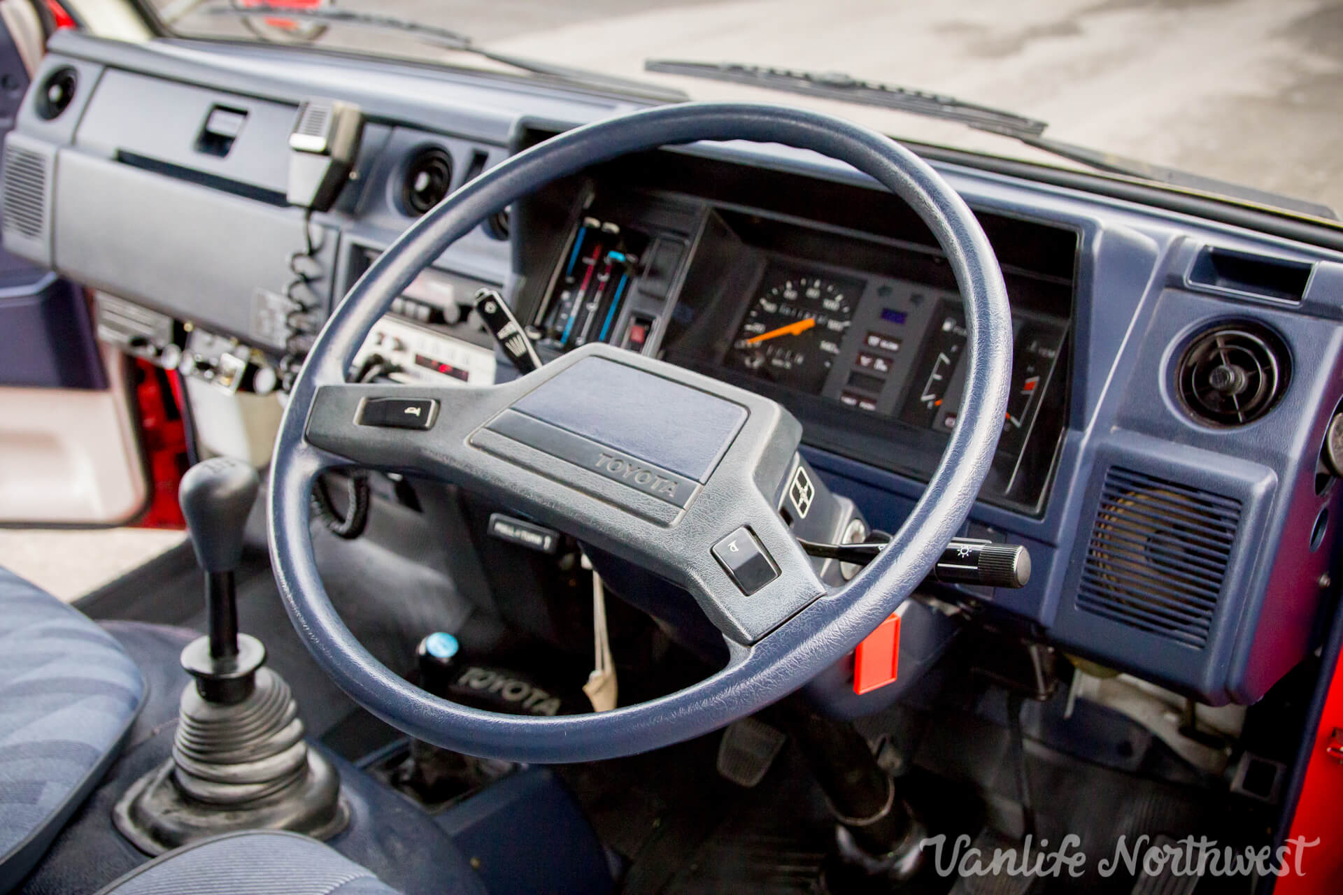 ToyotaHiaceFireTruckLH851990-27.jpg