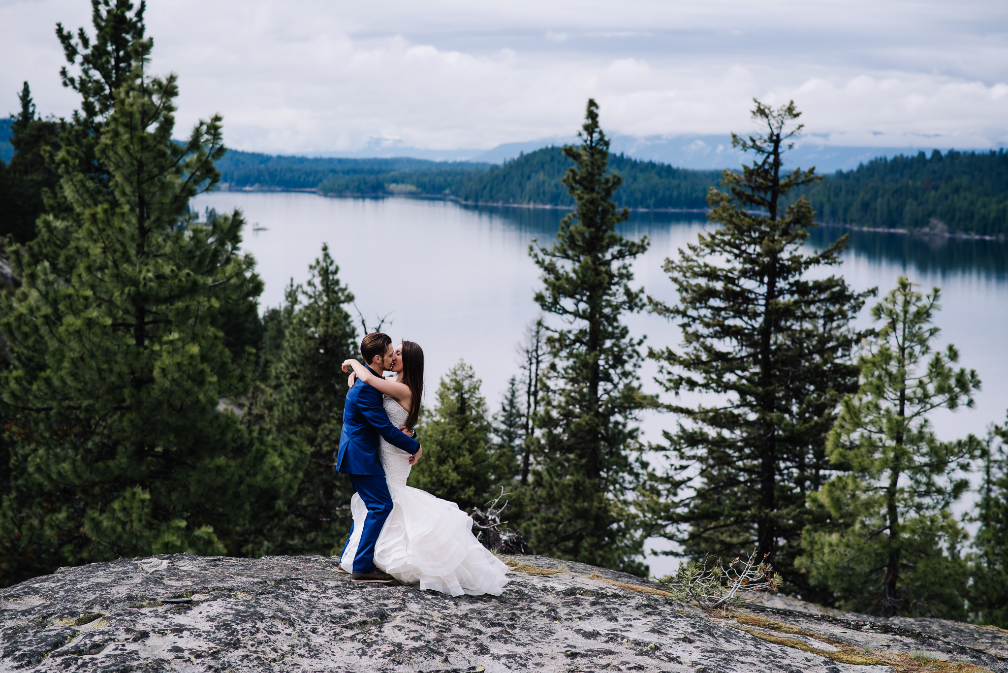 McCall-Idaho-wedding-photographer-couple-kissing-on-lake.jpg