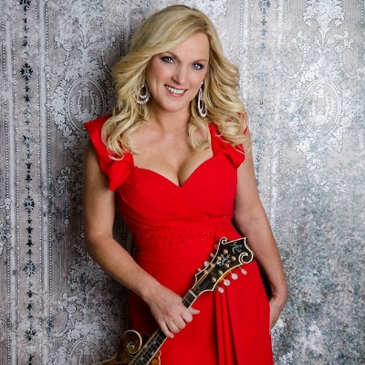 #18 - Rhonda Vincent  Rhonda Vincent joins Justin to discuss her career, business decisions she's had to make through the years, and her interests outside of music. She talks about her time playing with her family as a part of the Sally Mountain Show. She gives the scoop on signing with Rounder Records and how she almost signed with Skaggs Family Records instead.  April 12, 2016