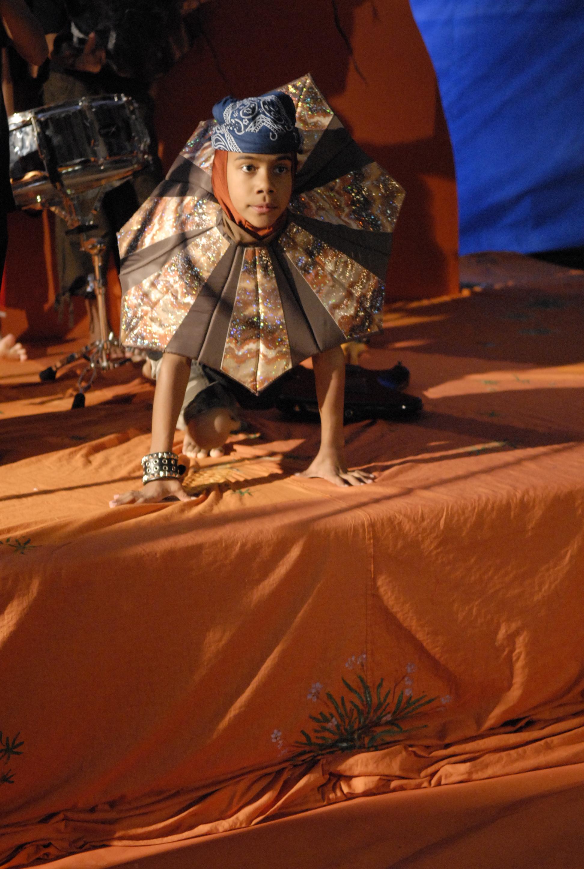 Zeike dressed as native Australian animal - lizard for the Knagroo Rock clip