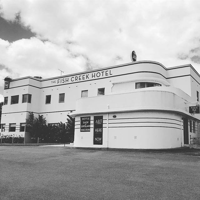 Classic Art Deco ❤️ #interiordesign #artdeco #artdecoarchitecture #fishcreek  #interiors #exteriordesign