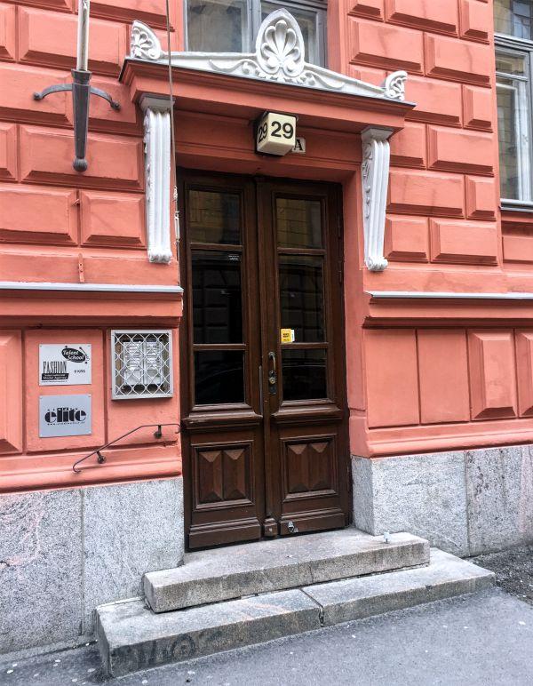 Fashion model agency sijaitsee osoitteessa ratakatu 29 A 1 krs. Ovisummerin löydät metallikehikosta vasemmalta oven vierestä.
