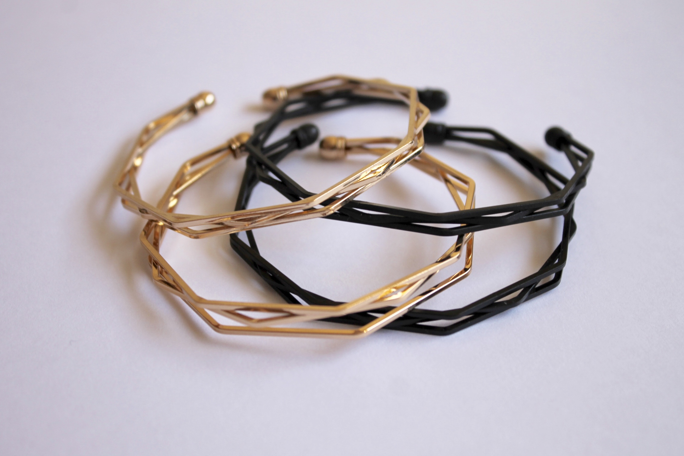 Resonance polygon bangle in black and gold