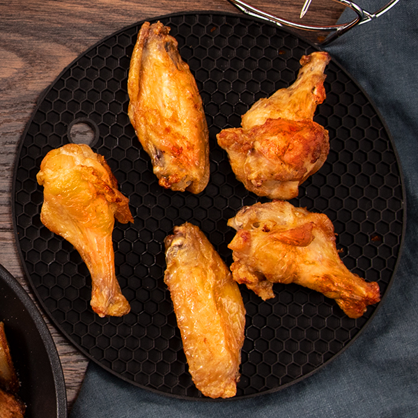 Silicone Mat   Provides heat-resistant surface for your pans and the Egg Bites Mold, protecting the surface of your table or countertop.