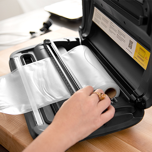 Built-In Storage   Unlike other vacuum sealers, the Cosori Vacuum Sealer has built-in storage for the bag roll to save space.