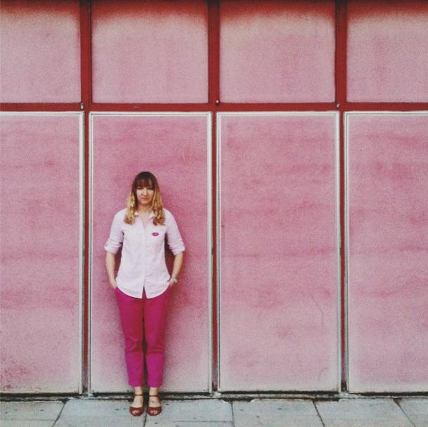 Pink pants, pink shirt, pink wall. Instagram by @ dabito .