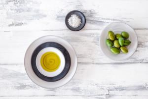Olivenöl, Fleur de Sel und grüne Oliven, Draufsicht