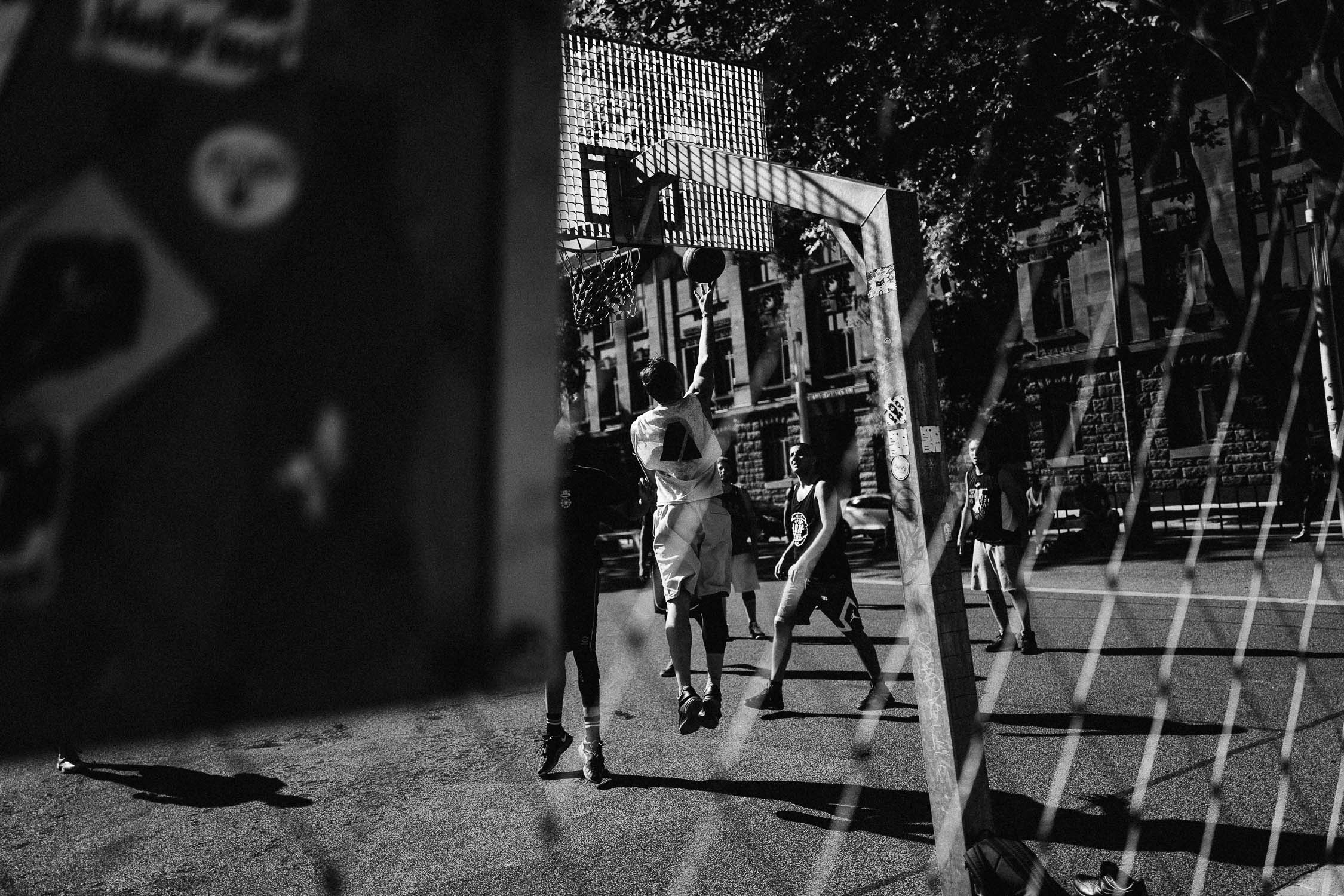 basketball monochrome saarbrücken street
