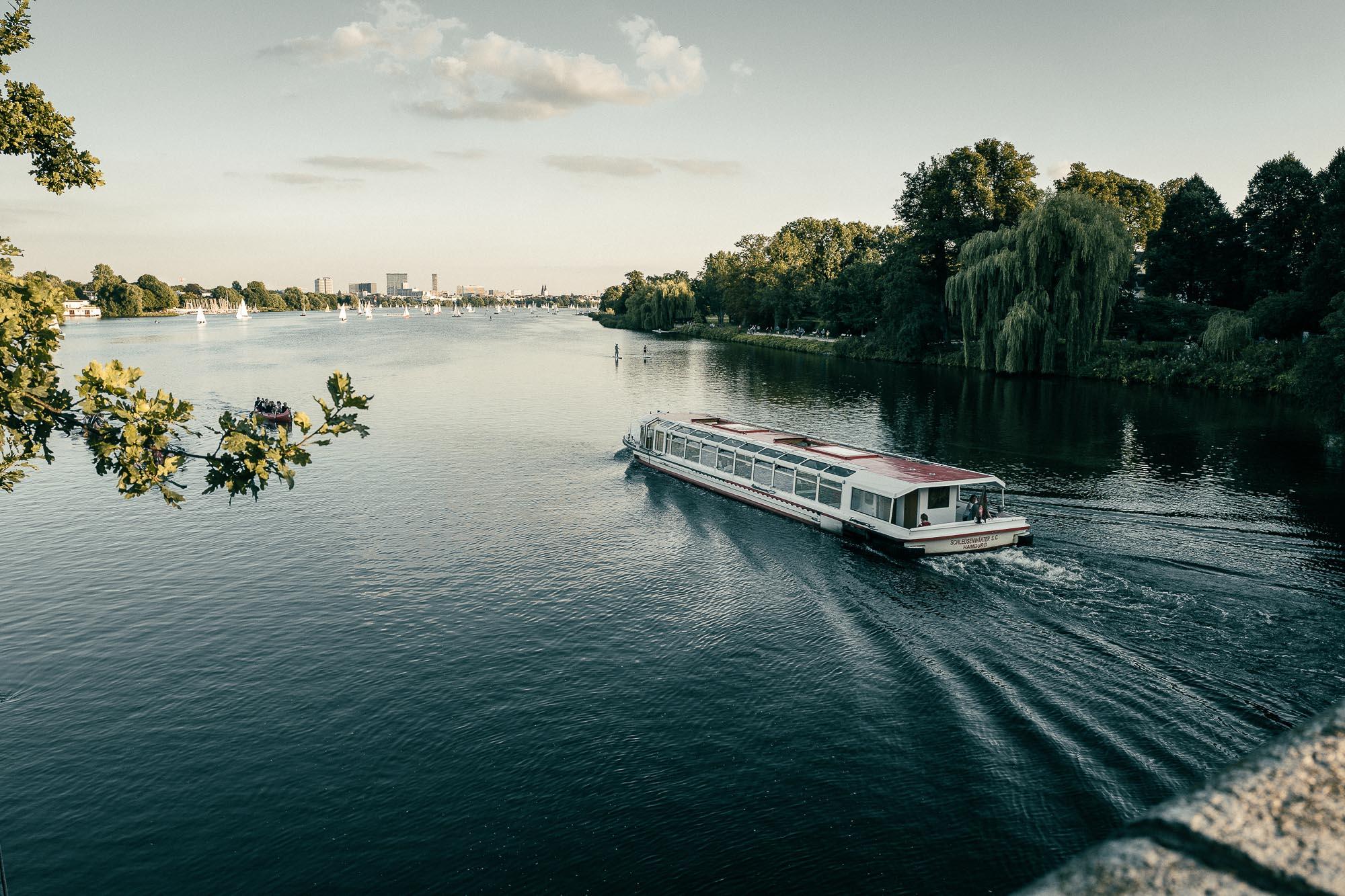 Hamburg Alster Fernsicht Barkasse Fähre boot wellen natur