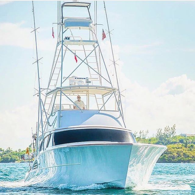 Shout out to Captain James Barnes and his team @reellax61 for winning the Bermuda Billfish Blast last week! 📷: @fishhuntphoto  Repost: @elitesportfishing  #garlingtonyachts #61 #flybridge #sportfishing #winner @bermudatriplecrown