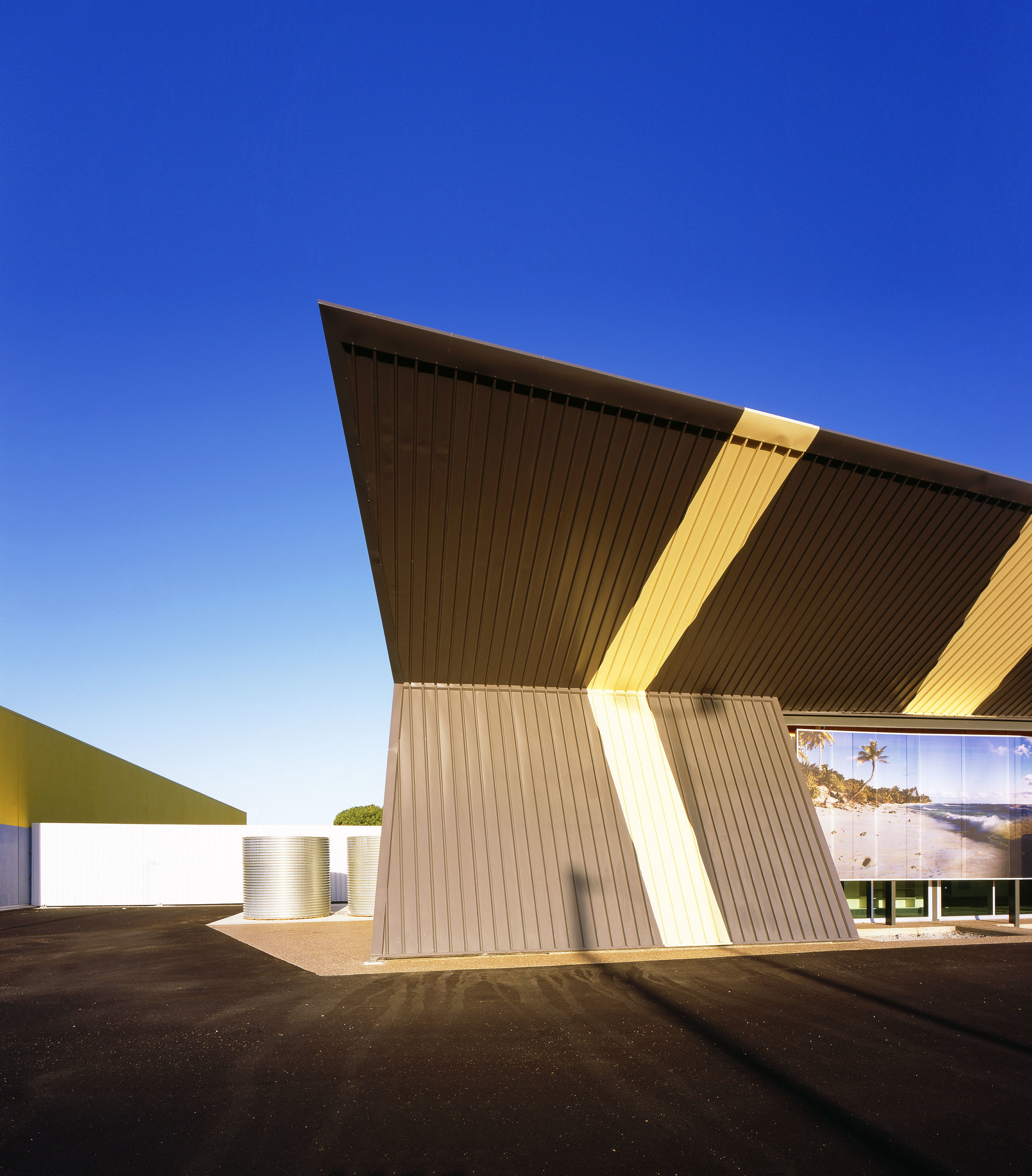 Guymer-bailey-architects-4WD-opposite-lock-03.jpg