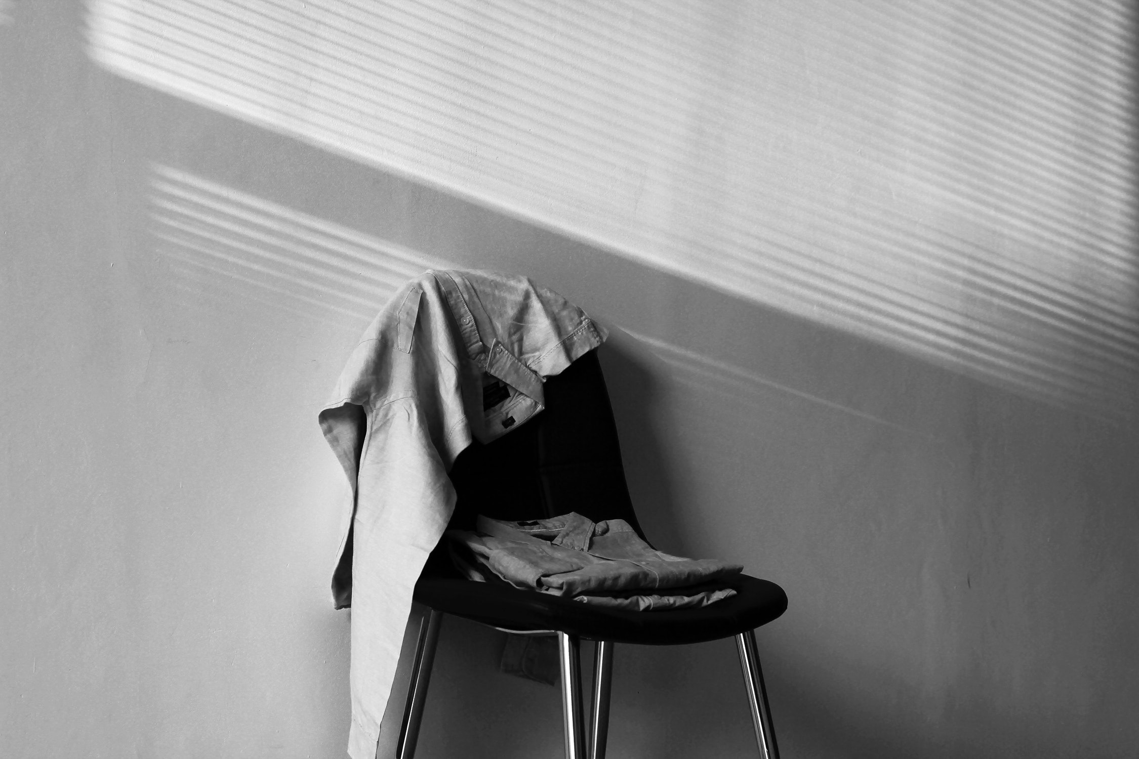 black-and-white-chair-lifestyle-60342.jpg