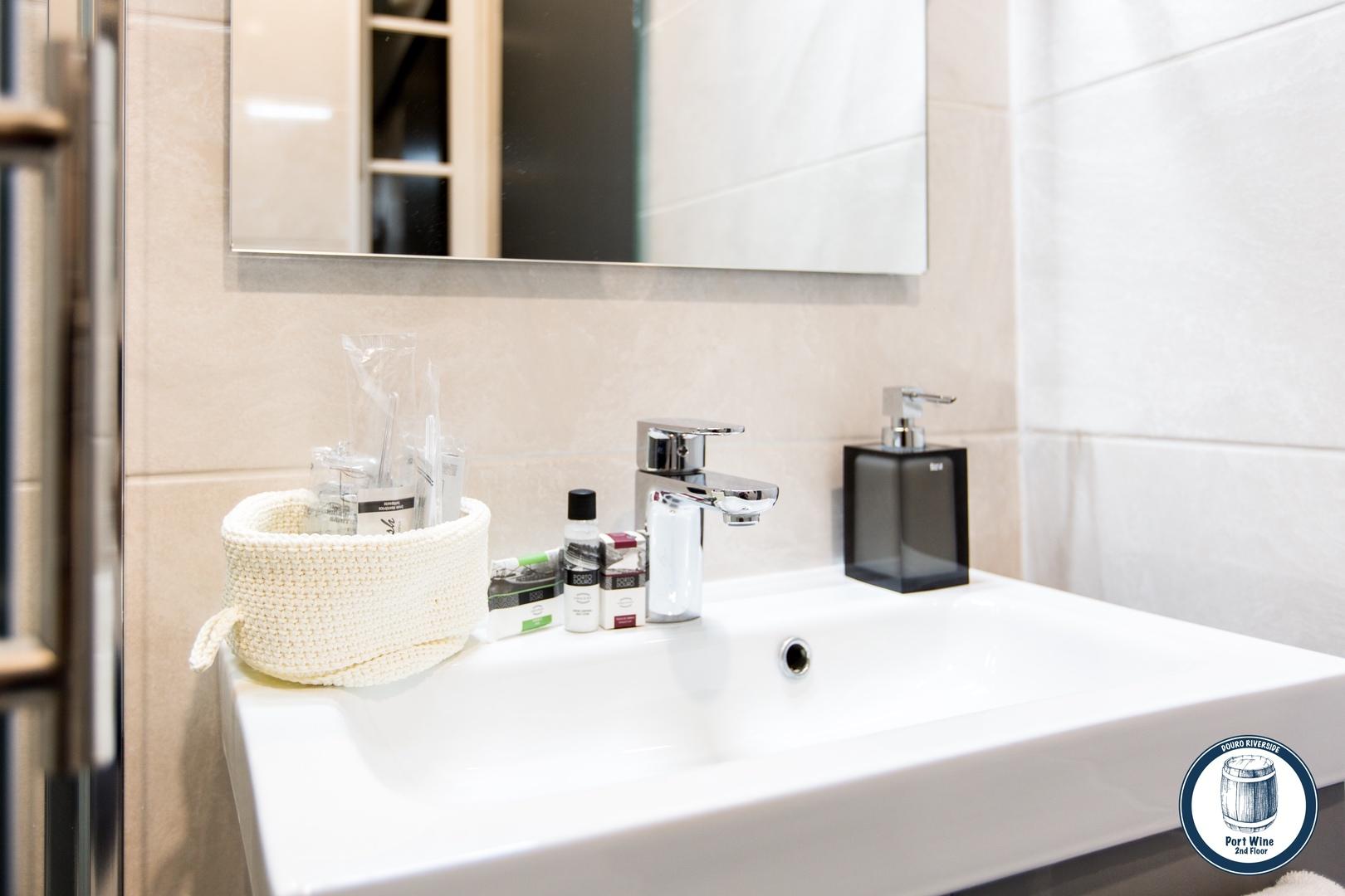 12. Douro Riverside - Port Wine (Bathroom Handwash).jpg