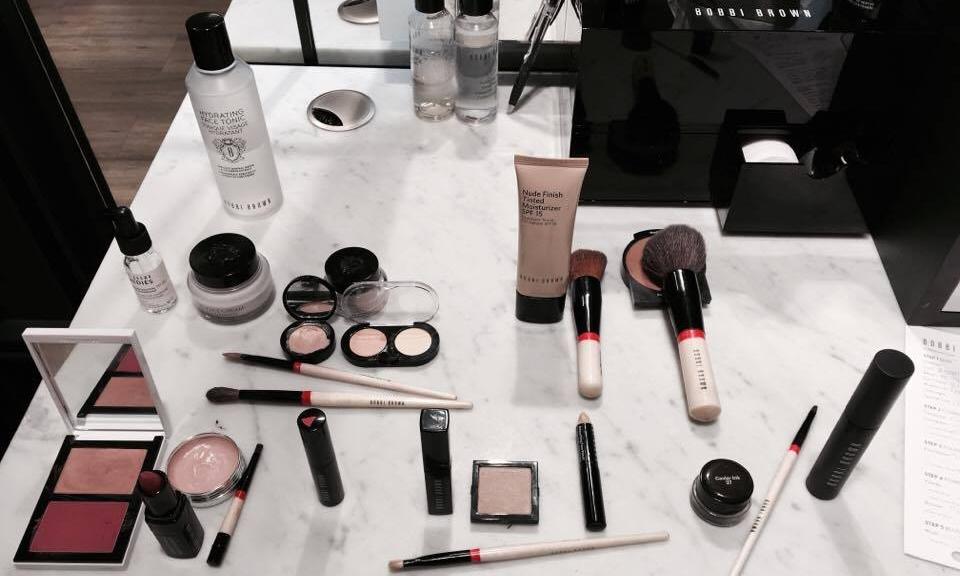 """L'ensemble des produits utilisés pour effectuer ce make-up, pour avoir l'effet """"  I woke up like this """"."""