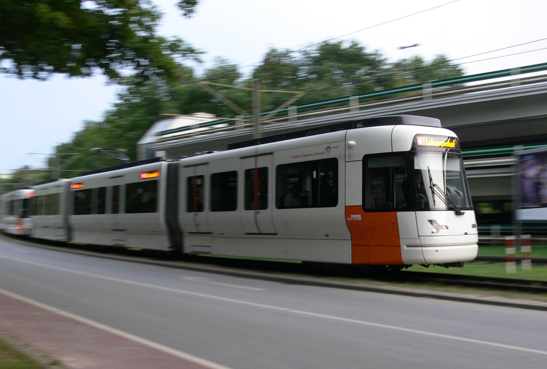 fahrende Vamos-Stadtbahn an der Universität - Bild: Wikimedia (G8w)
