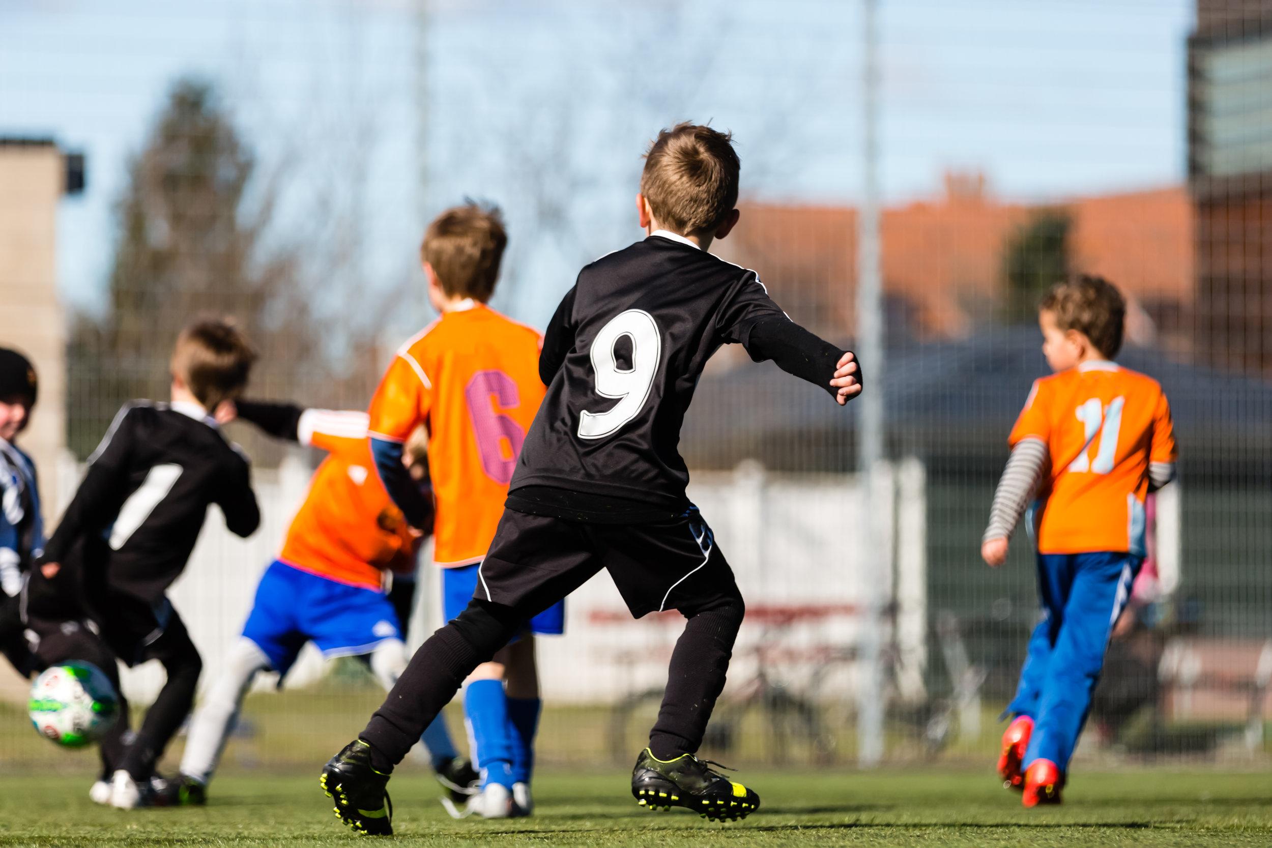 Fußballspielende Kinder - colourbox