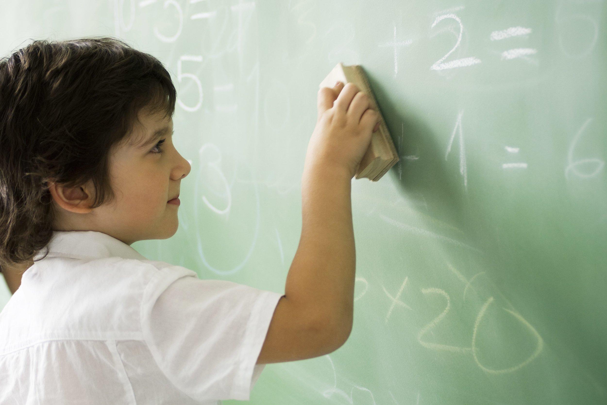 Kind an Schultafel - colourbox / Classroom kids