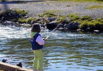 719px-Child_fishes_in_stream-360x250.jpg
