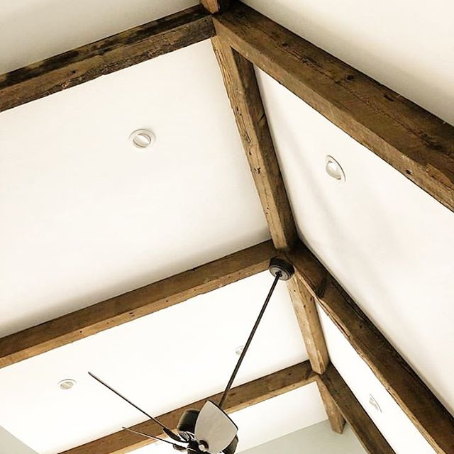 We love the look of our wood beams on these vaulted ceilings. Well done @dettmore101! 👏🏼
