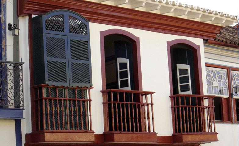 """""""Casa do muxarabiê"""" - Diamantina, Minas Gerais. Mostra uma das aplicações dos muxarabis, como fechamentos de janelas, na arquitetura colonial brasileira.  (fonte da imagem:http://diamantina.mg.gov.br/turismo/pontos-turisticos/)"""