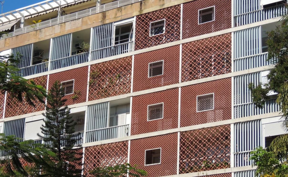 Fachada de um edifício do Parque Guinle, no Rio de Janeiro, projeto de Lúcio Costa.  (fonte:http://www.costaflores.com.br/tendencias-e-inspiracoes/45/cobogo--uma-invencao-brasileira)