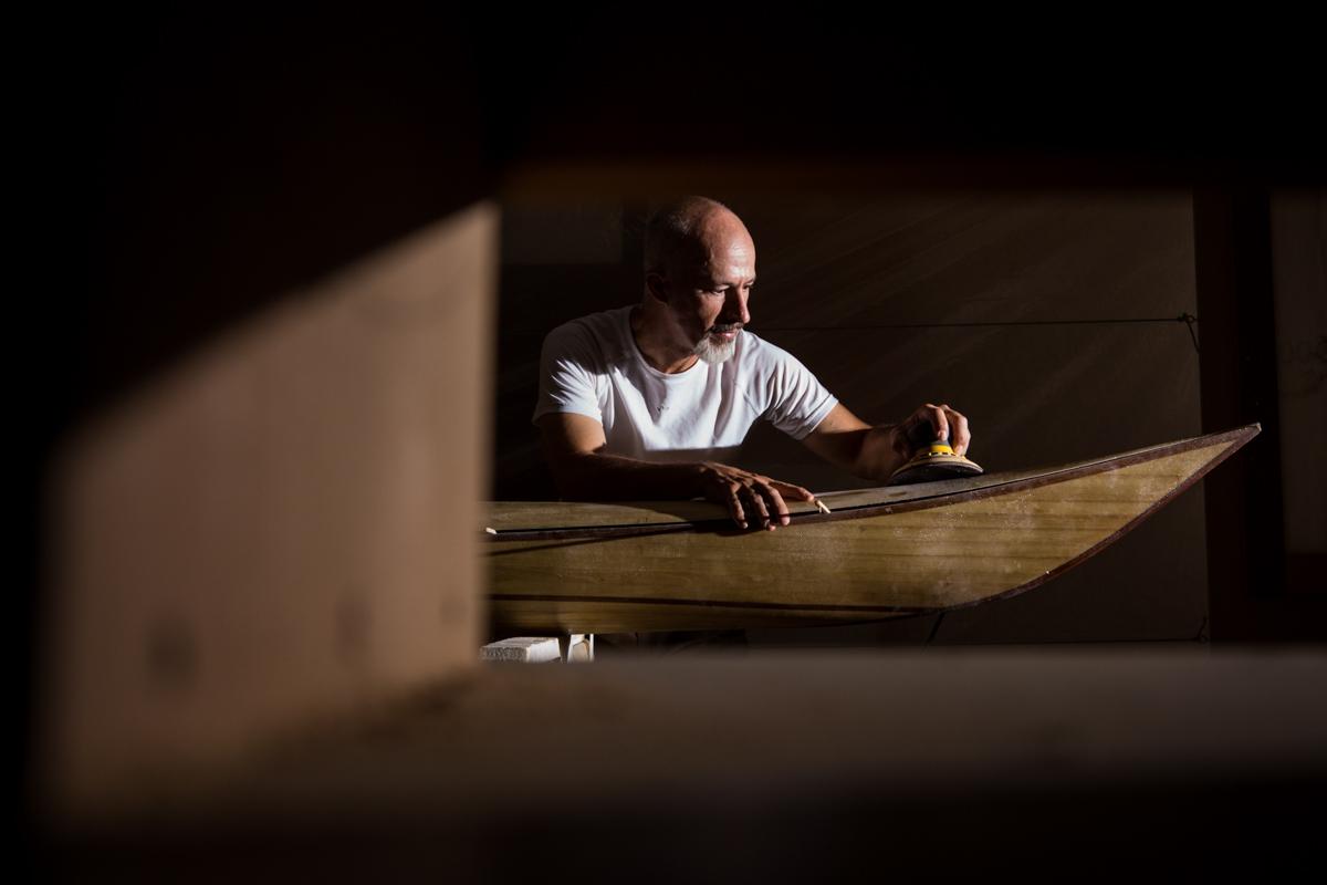 20180814.- FOTO: FERMIN RODRIGUEZ. Roberto Yañez, constructor de Kayaks de madera en Armilla