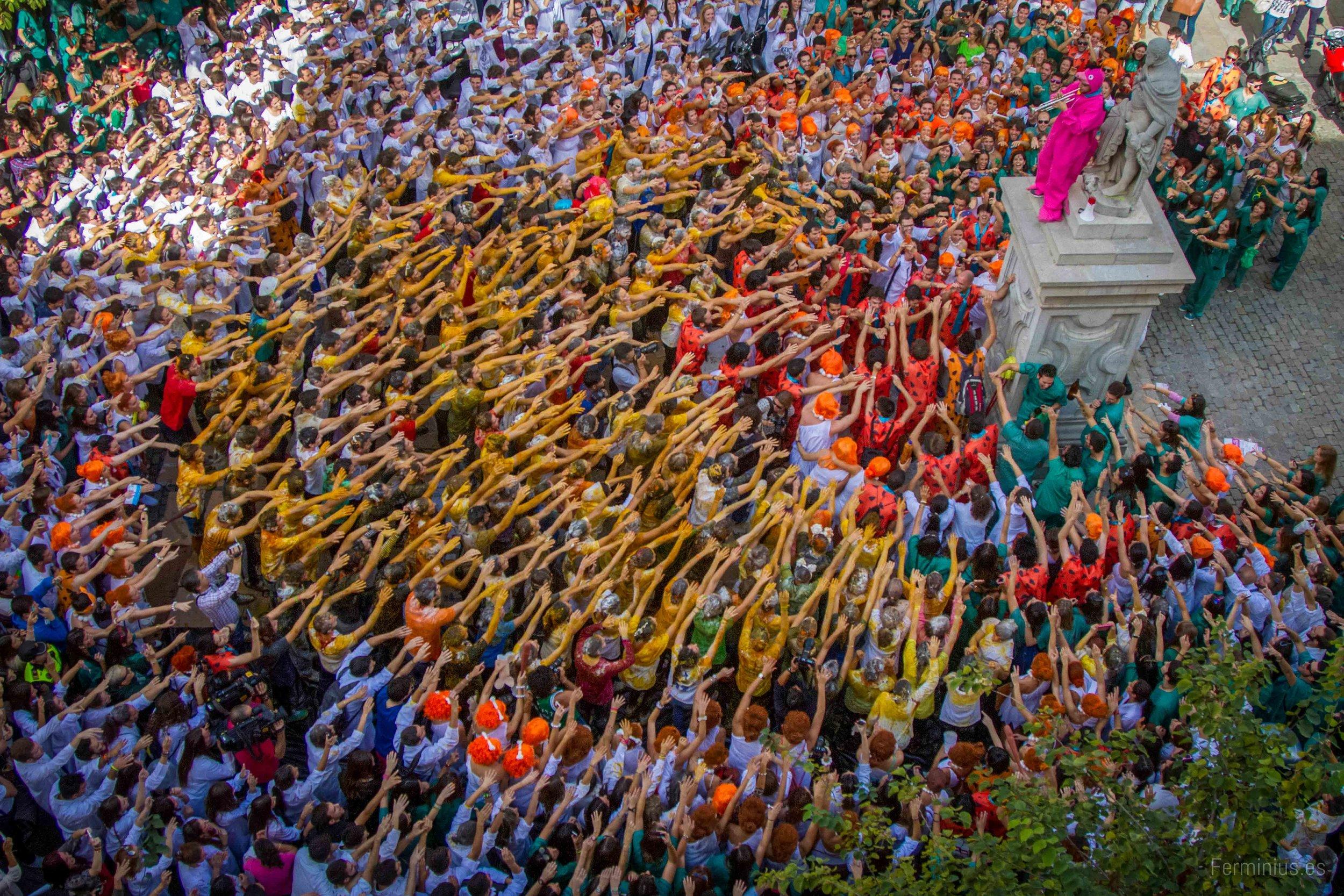 17/10/13 - Estudiantes de la Facultad de Medicina celebran la fiesta de San Lucas, su patrón, en la Plaza de la Universidad de Granada