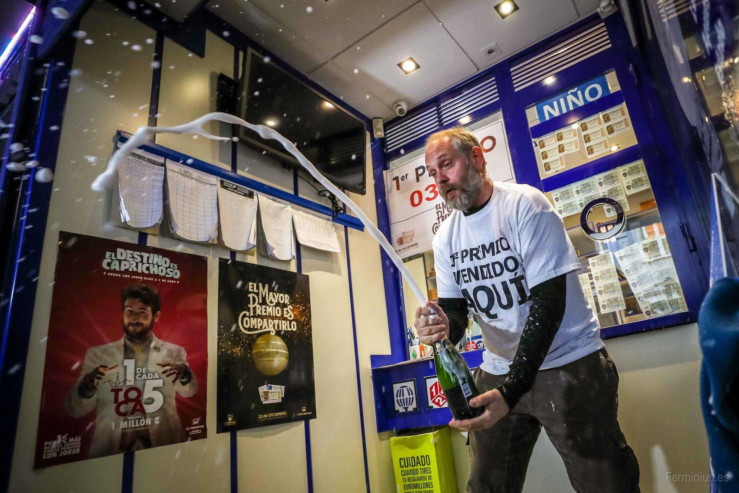 22/12/18 - Juan Burgos, de la admon. 7 de Granada, brinda con la prensa tras dar el premio gordo de la loteria de navidad.
