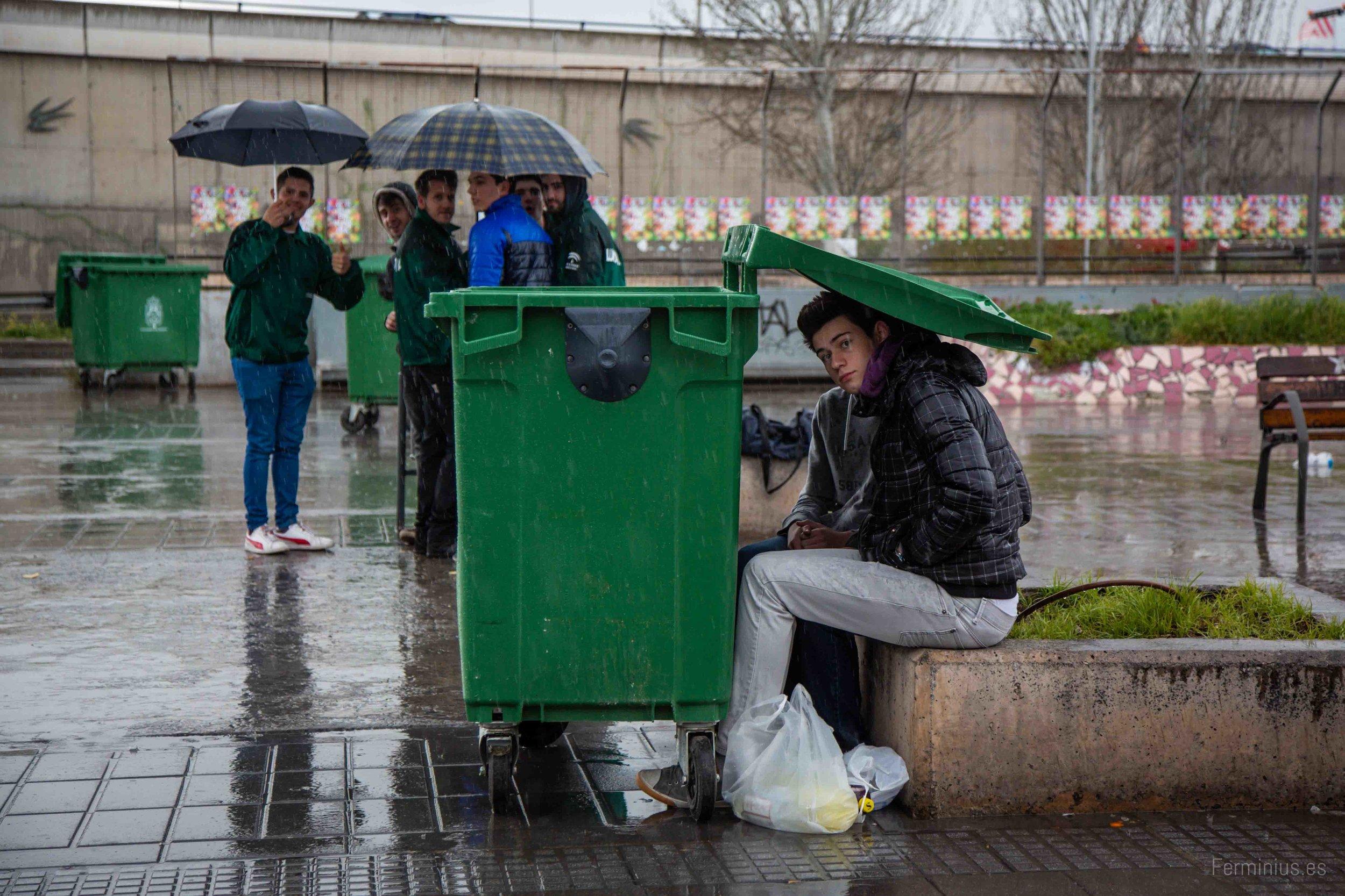 20/3/15 - Jóvenes se refugian de la lluvia durante la Fiesta de la Primavera, en el antiguo botellódromo de Granada