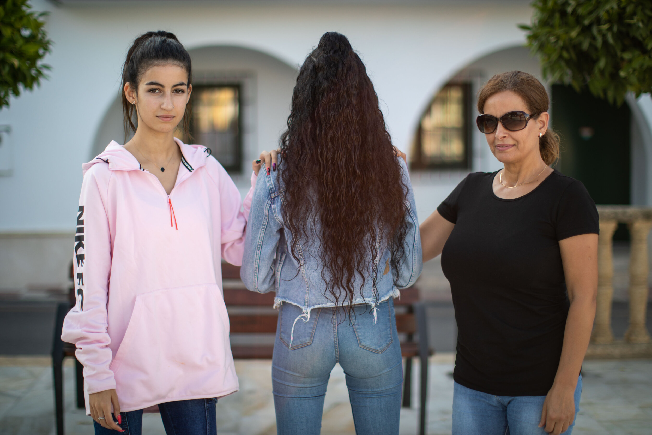 20190918.- Foto: Fermin Rodriguez. Kauty y Khady, hermana y madre respectivamente, de la chica criticada por VOX en el pueblo granadino de Otura, arropan a la chica.
