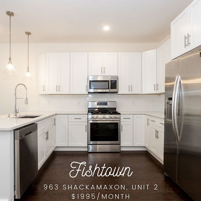 I've only got eyes for this gorgeous kitchen! 😍 Quartz counters, subway tile, Samsung SS appliances. What's not to love? Available to rent in Fishtown.