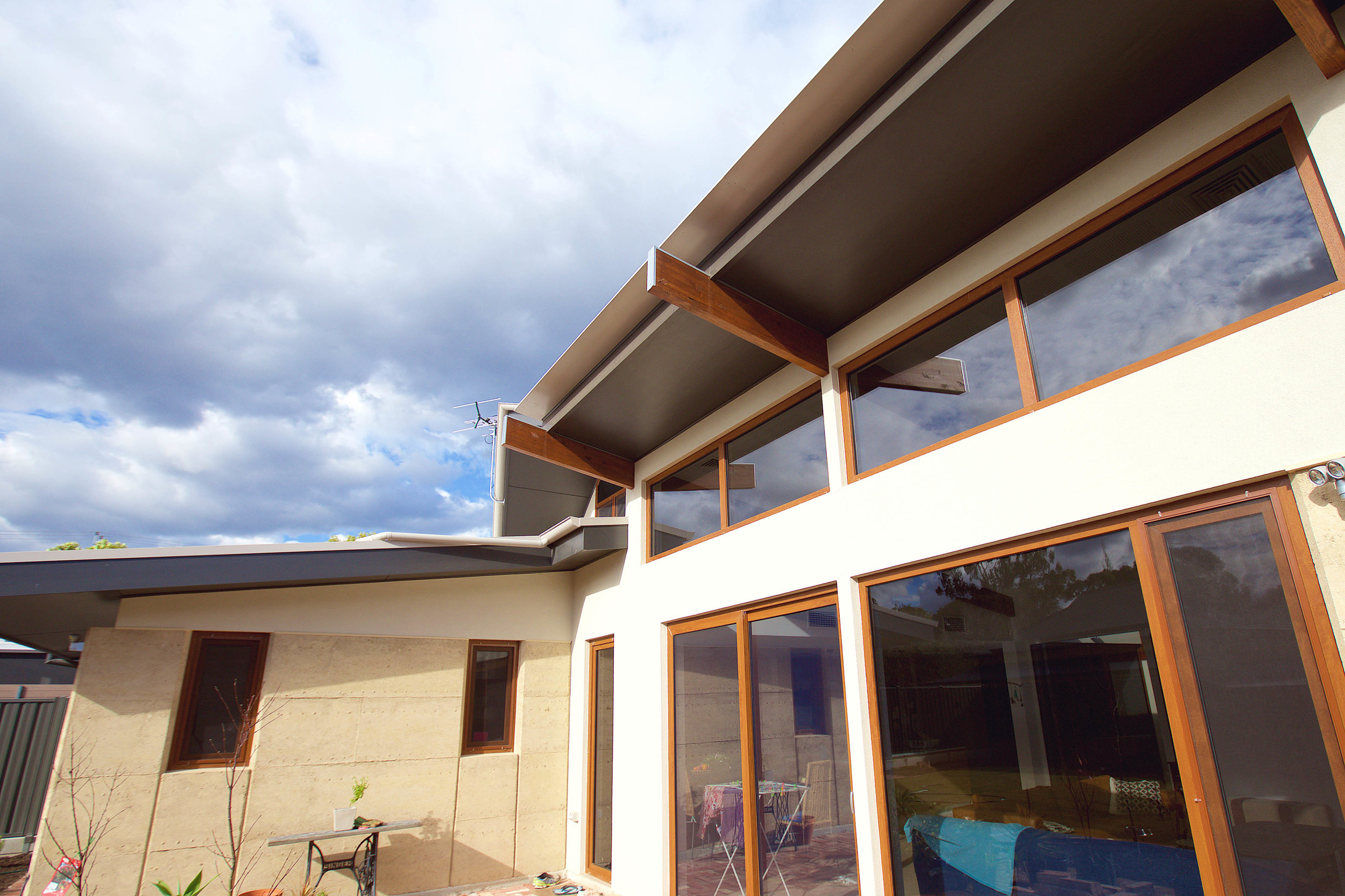 Leabrook 5 ext rear rammed earthwall + extended eaves06.jpg