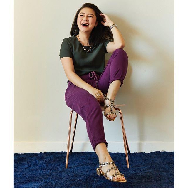 FabiI Yumi @fabiyumiconsultoria, demorou para se encontrar em uma profissão criativa. Agora ela aposta em looks de cores secundarias e complementares com sapato metalizado para realçar o look. ⠀⠀⠀⠀⠀⠀⠀⠀⠀ #tlflats