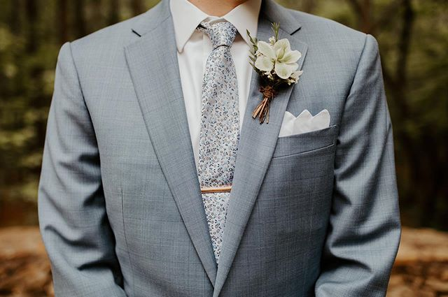 Name a more iconic duo than this hellebore boutonnière & tie...I'll wait...🙌🏻